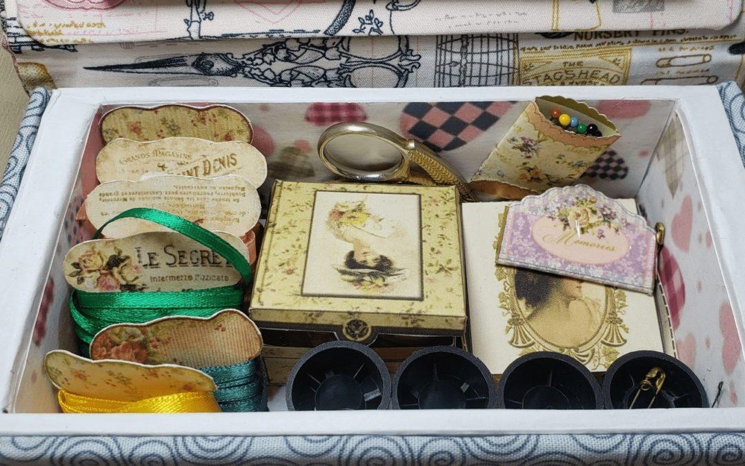 Realiza un bello costurero vintage reciclando una caja de bocadillos.