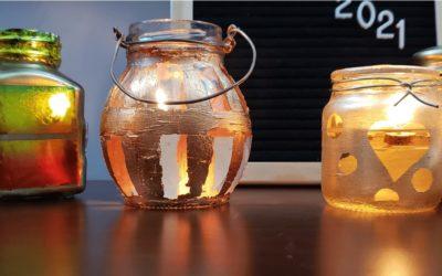 Recicla tus frascos de vidrio y conviértelos en veladoras de bronce.